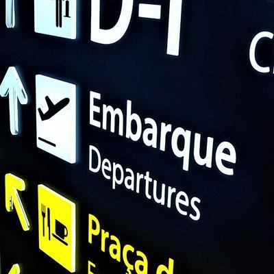 Placas de sinalização em aeroportos